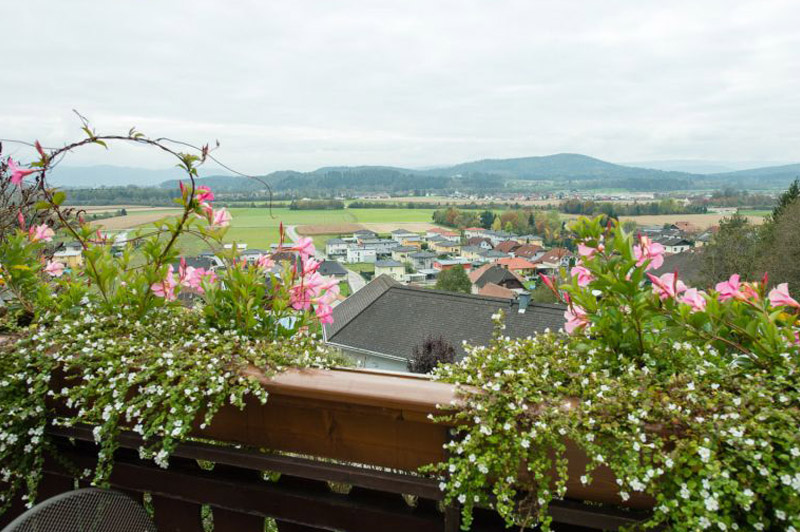 Willkommen im Gasthaus Stossier - Ausblick über Klagenfurt bis hin zu den Karawanken auf unserer tollen Sonnenterrasse